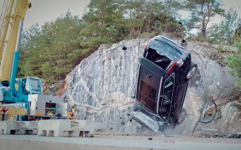 Volvo dropped several cars from a height of 30 meters [Video]