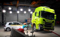 Scania electric truck pushed against Golf for crash test [Video]